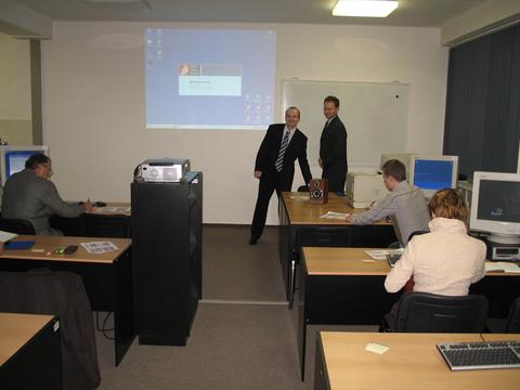 Foto 4: Zúčastnení mali možnosť prakticky si odskúšať jednotlivé elektronické služby.